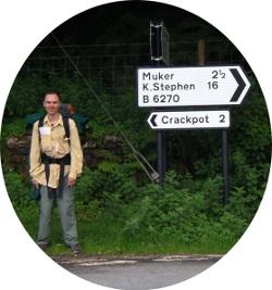 Mike Shulman al fianco di un cartello stradale